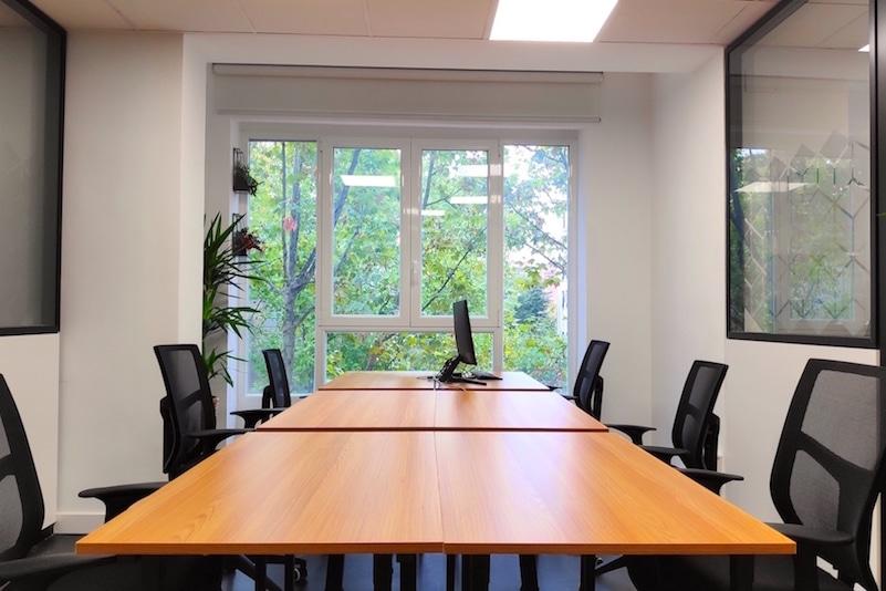 Despacho privado con luz natural