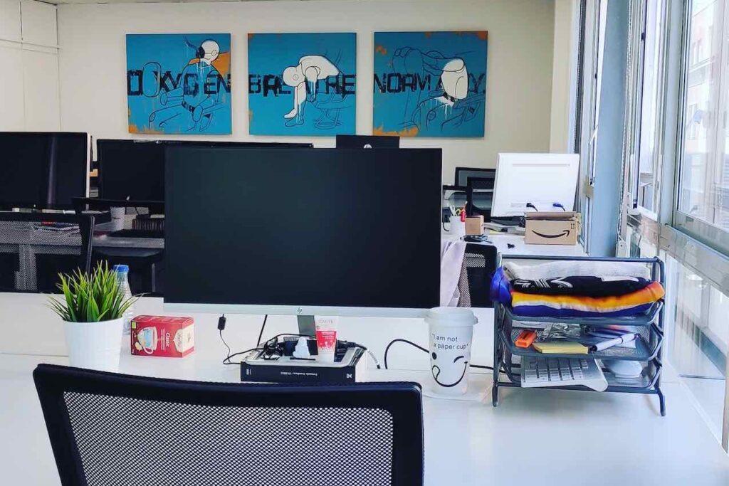 Escritorio amplio para puestos fijos en coworking