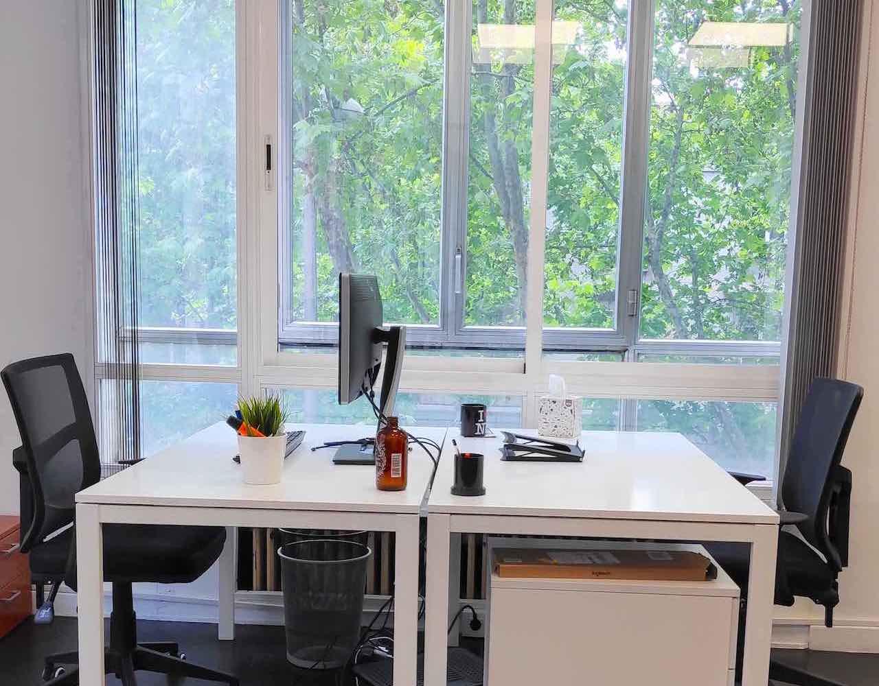 Coworking en Madrid con luz natural en puestos fijos y flexibles