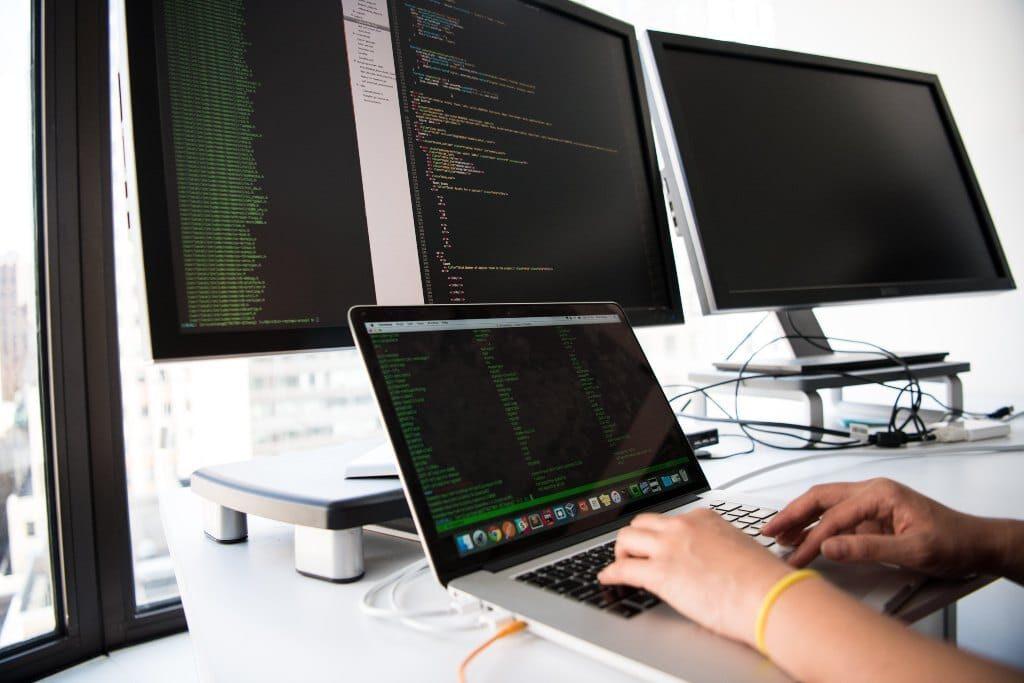 programador en un coworkig